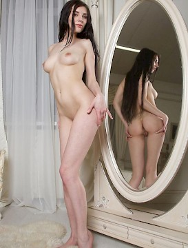 beauty Quillian gets naked for you