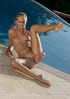 Tracy Gold masturbates for you by the pool