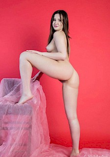 pretty babe Marra displays her stunning nude body