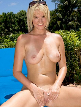 big tits Sabree Lynn gets nude and wet outside