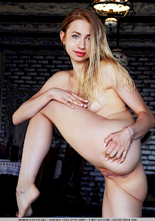 blonde Dominica shows amazing nude body
