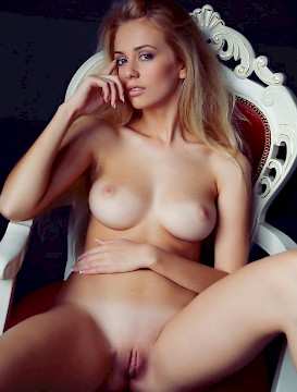 pretty babe Jennifer Mackay sexy and hot body